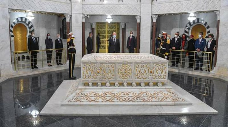 رئيس الجمهورية قيس سعيّد يؤدي زيارة إلى ضريح الرئيس الراحل الحبيب بورقيبة بمناسبة إحياء الذكرى 21 لوفاته